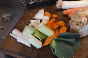 kleingeschnittenes Gemüse: Lauch, Karotten, Sellerie